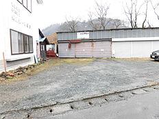 リフォーム中奥の車庫は3件解体し、フェンスを回します。駐車は並列で3台可能予定です。