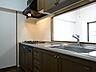 食器洗浄乾燥機、三口コンロの対面キッチン。収納スペースもたっぷりと設けてあるので、ホットプレートなども収納できそうですね。