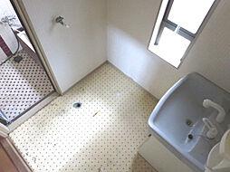 リフォーム中 洗面脱衣室 洗面化粧台交換、床クッションフロアー張替、壁・天井クロス張替、照明器具交換予定  脱いだ衣服もポイとひと投げ 洗濯機に放り込んで浴室に直行できます