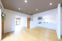 リビングリフォーム完了後のリビングです。キッチン横に壁を造作したことでキッチンスペースを大きく取ることができました。料理に集中できて嬉しいですね。