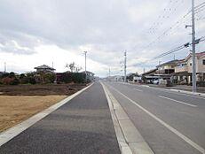 北側が16m幅の道路に接しています。歩道も整備されています。