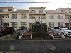 自然・街並みとの調和を図るだけでなく、分譲マンション各号棟の住み心地を考え、それぞれがゆとりのある空間を確保できる様な設計が特徴的です。