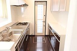 クリーニングしてありますのでとてもきれいなキッチンです。カップボードも同色で統一感があります。勝手口もついてますので機能性も優れています。食洗器ついてます。
