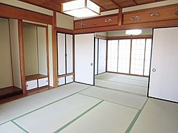 リフォーム済1階南側和室写真です。天井はクリーニング、壁はクロス、畳は新調しました。2間続きとなっているので、襖を外せば14帖の広間としてお使いいただけます。