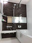 (浴室イメージ)一日の疲れを癒すバスルームはお湯が冷めにくい浴槽を採用。光熱費の節約にも貢献。