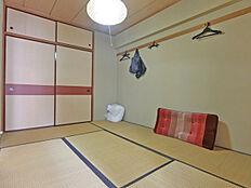 リビングダイニングスペース横に配置されております和室は約6帖の広さです