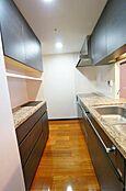 食洗器・浄水器・生ごみディスポーザー付きの対面式キッチンです。