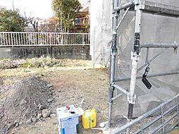 現在リフォーム中 お庭写真です。駐車場増設工事を行い、こちらのスペースに2台駐車できるようにします。