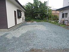 小屋を撤去しました。砕石を敷き込み、駐車スペースを造りました。並列で普通車2台駐車可能です。