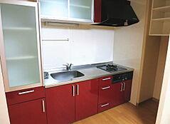 お部屋の中の水廻りからご紹介します。食器棚付きのシステムキッチンは新しい物に交換済みです。