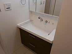 朝の身支度の際にも便利な独立洗面台。