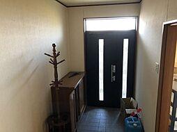 ダブルロックの玄関ドア、正面の階段下には収納があります