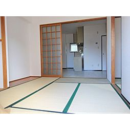 エステートほりかわの暖かい日差しが差し込む和室のお部屋