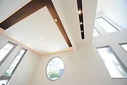 リビングには間接照明を取り入れ、気品を感じさせる雰囲気に。様々なデザインの窓は暮らしに特別感を演出します。建物プラン例/建物価格2000万円、建物面積89.26m2