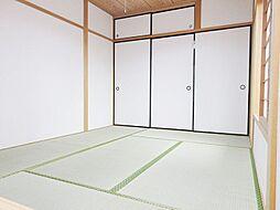 畳・障子張替済できれいな和室。広々としており客間としても利用可能。